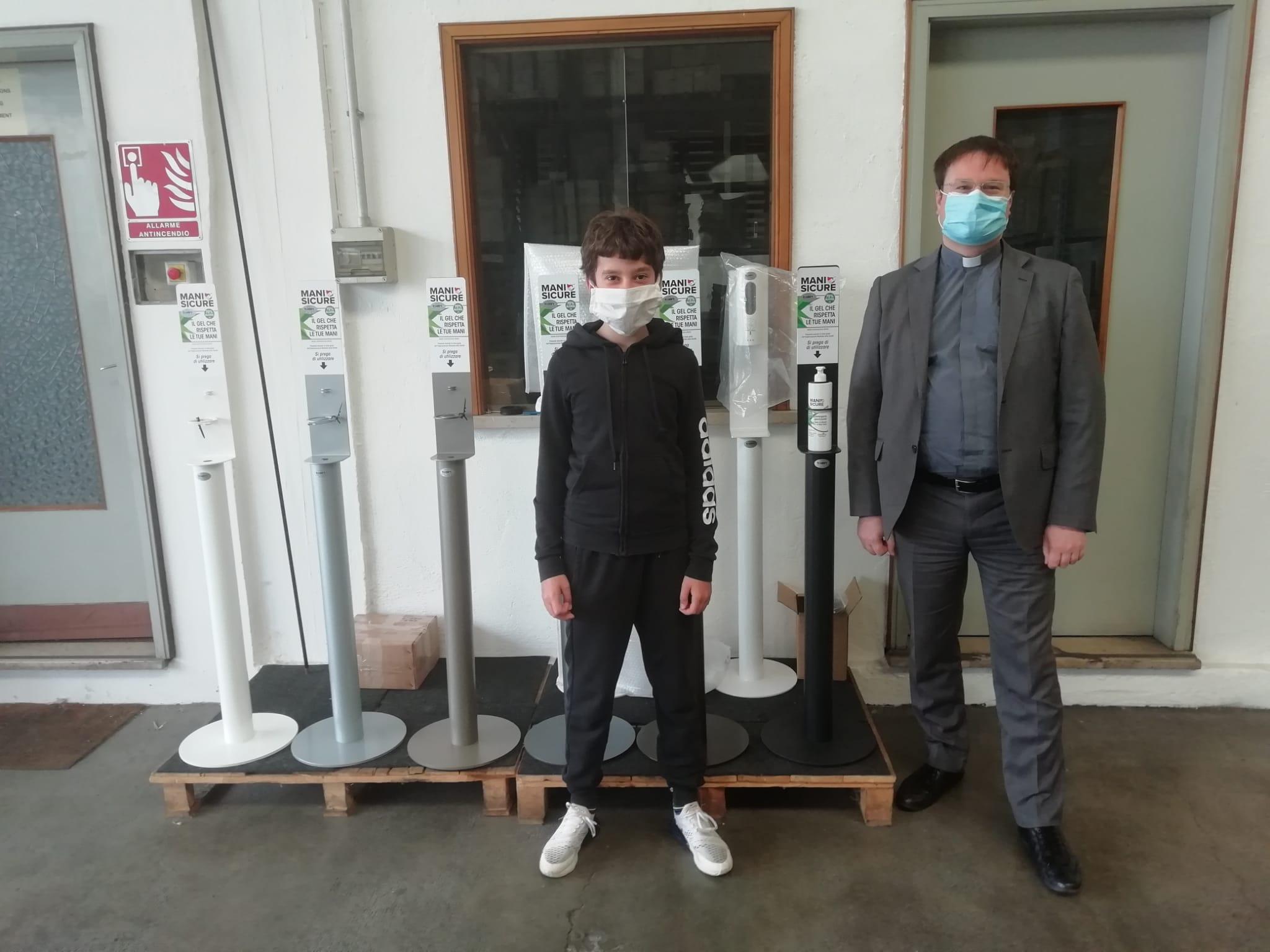 Talin dona a Caritas una colonna per dispenser di gel lavamani