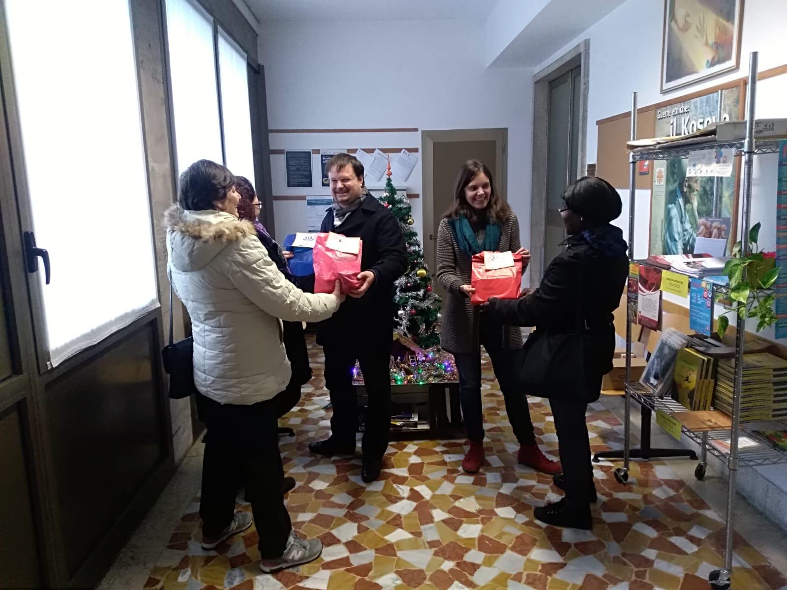 Kit di indumenti intimi donati dal progetto Golden Links a Caritas Diocesana Vicentina